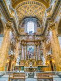 Altare i tvärskeppet av basilikan av Santi Ambrogio e Carlo al Corso, i Rome, Italien royaltyfria foton