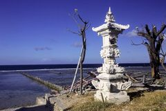 Altare indù solo vicino al mare, Nusa Penida, Indonesia Immagine Stock Libera da Diritti