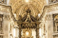 ALTARE INTERNO DEL BALDACCHINO DI SPIRITO DELLA BASILICA DI ST PETER DESTINAZIONE FAMOSA DI ROMA Fotografia Stock Libera da Diritti