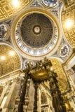 ALTARE INTERNO DEL BALDACCHINO DI SPIRITO DELLA BASILICA DI ST PETER DESTINAZIONE FAMOSA DI ROMA Fotografie Stock Libere da Diritti