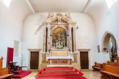 Altare interno della chiesa cristiana in città storica Nin, Croazia Immagini Stock