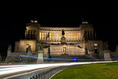 Altare lungo di esposizione di notte della patria dalla piazza Venezia Immagine Stock
