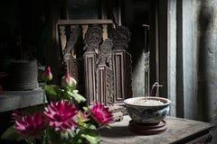 Altare med den buddistiska templet för offerings Nimh Binh, Vietnam Royaltyfria Bilder