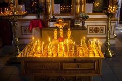 Altare med korset och stearinljus Arkivfoton