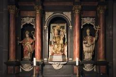 Altare med statyn St Mary och barnet Jesus arkivbild