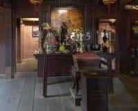 Altare nel piccolo santuario dentro il ponte giapponese in Hoi An, Vietnam immagine stock