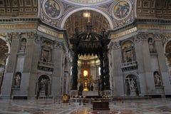 Altare nella Basilica di gigante San Pietro in Vaticano Immagine Stock