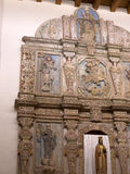 Altare nella chiesa dell'adobe nella città di Santa Fe In New Mexico Immagini Stock