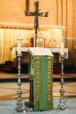 Altare nella chiesa, nell'incrocio e nelle candele Fotografie Stock
