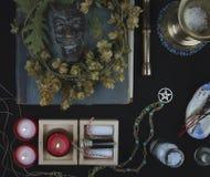 Altare occulto con il fronte del ` s della pentola, corona del luppolo Fotografia Stock Libera da Diritti