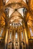 Altare och absid inom den historiska Barcelona domkyrkan Arkivfoto