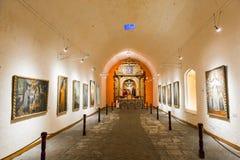 Altare och symboler i gammal kyrka i Arequipa, Peru, Sydamerika. Royaltyfri Fotografi