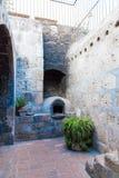 Altare och symboler i gammal kyrka i Arequipa, Peru, Sydamerika. Arequipas Plaza de Armas fotografering för bildbyråer