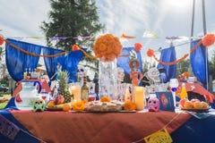 Altare på skärm på den 15th årliga dagen av den döda festivalen Arkivfoto