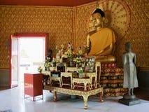Altare prima di una statua di Buddha Immagini Stock Libere da Diritti