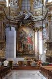 Altare principale in dei Santi Ambrogio e Carlo al Corso, Roma della basilica Immagini Stock Libere da Diritti
