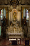 Altare principale di una chiesa cattolica Immagine Stock