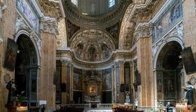 Altare principale e pala policroma del CHU barrocco cattolico Fotografia Stock