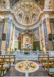 Altare principale nella chiesa di Santa Maria ai Monti, a Roma, l'Italia Fotografia Stock