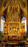 Altare scolpito di legno all'interno cattedrale cattolica Sa Immagini Stock