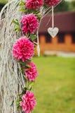 Altare semplice di nozze fatto dei rami asciutti grigi e dello spirito decorato Fotografia Stock