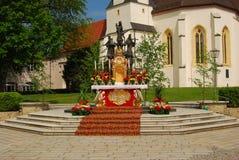 Altare som täckas med blommor för Corpus Christiservice Royaltyfri Fotografi