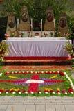 Altare som täckas med blommor för Corpus Christiservice i Neuötting, Tyskland Arkivbild