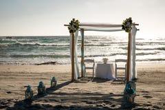 Altare sulla spiaggia pronta per cerimonia di nozze Fotografia Stock Libera da Diritti