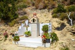 Altare sulle periferie del villaggio in Grecia Fotografia Stock