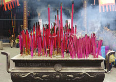 Altare tradizionale cinese di incenso in tempiale Immagini Stock