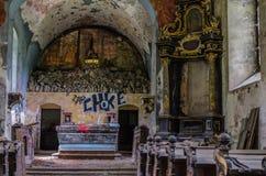 altare in una chiesa con i graffiti Immagine Stock Libera da Diritti