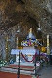 Altare vår dam av Covadonga Cave, Asturias, Spanien Arkivfoton