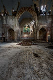 Altare - vetro macchiato tagliato, costruzione sprofondante & graffito - chiesa abbandonata fotografia stock