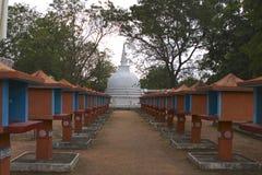 Altares srilanqueses de Stupa y de Buda, última hora de la tarde Imagenes de archivo