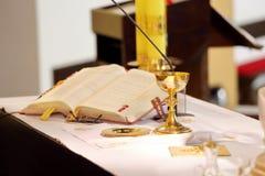 Altaret i kyrkan och bägaren arkivbilder