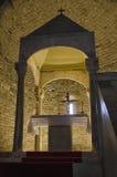 Altaret och absid av en kyrka Arkivbilder