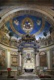 Altaret och absid av Santa Croce i Gerusalemme kyrktar i Rome Arkivfoton