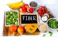 Altas comidas de la fibra en un fondo de madera blanco fotografía de archivo libre de regalías