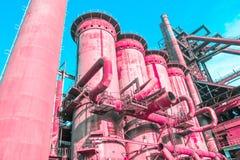 Altas fábricas industriales rosadas coralinas vivas, concepto de un futuro futurista surrealista y arte fotos de archivo