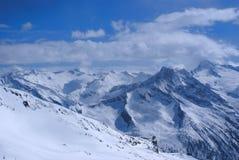 Altas montañas debajo de la nieve en el invierno Imagenes de archivo