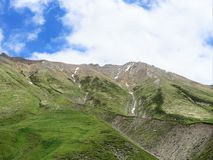 Altas montañas de Georgia con verdor, rastros foto de archivo