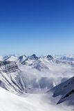 Altas montañas en calina fotografía de archivo