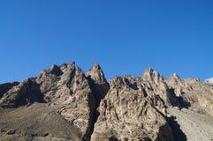 Altas montañas en el lago Attabad en Paquistán septentrional Foto de archivo
