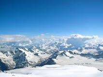 Altas montañas en invierno Imagenes de archivo
