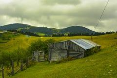 Altas montañas, pueblos y mesetas en otoño fotografía de archivo