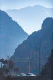 Altas montañas que ponen en contraste con la civilización imágenes de archivo libres de regalías