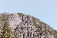 Altas montañas rocosas hermosas imagen de archivo