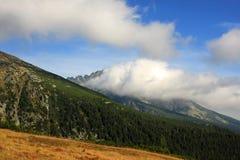 Altas montañas y nubes de Tatras Imágenes de archivo libres de regalías