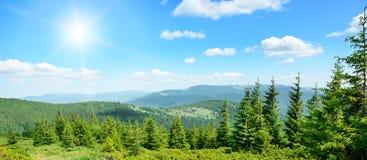 Altas montañas y sol Fotos de archivo libres de regalías