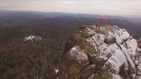 Altas rocas en los pilares siberianos de la reserva almacen de metraje de vídeo